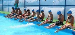 Eyüplü çocuklar havuzları doldurdu