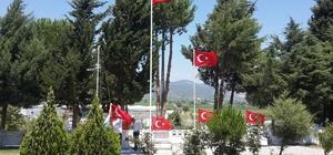 Şehitlikteki bayraklar yenilendi