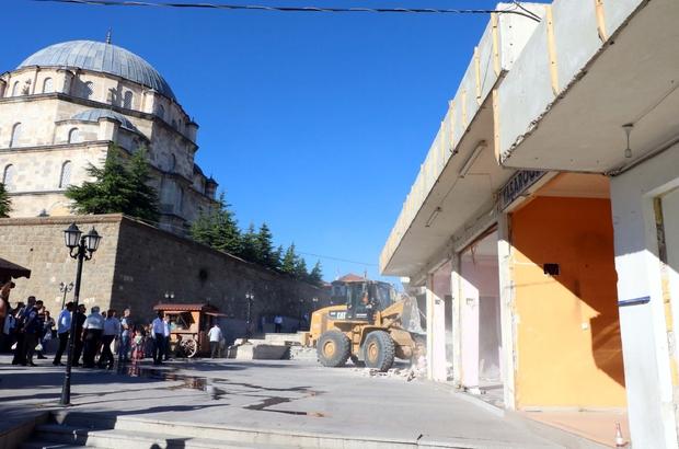 Büyük Cami etrafında bulunan işyerlerinin yıkımına başlanıldı