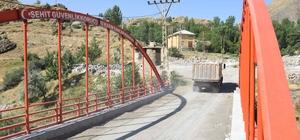 Teröristlerin kullandığı köprüyü yıkıp vatandaşa 5 köprü yaptı