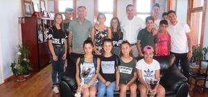 Kazandıkları kupaları Belediye Başkanı Gençer'e hediye ettiler
