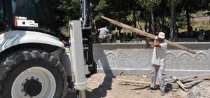 Simav'da mezarlıkların duvarları yenileniyor