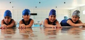 Çocuklar ve kadınlar yüzme öğreniyor