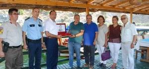 Kaymakam Demirkale, 15 Temmuz şehidinin kardeşine Türk Bayrağı hediye etti