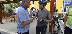 Bisikletliler Türk Bayrağını Başkan Yiğit'e teslim etti