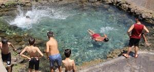 Sıcaktan bunalan çocuklar suya koştu