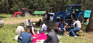Çiftçiler ot biçimi öncesinde Ağbaba Dağı şehitlerine dua ettiler