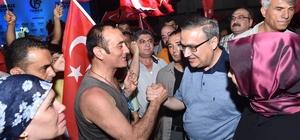 Vali Su, demokrasi nöbetinin ikinci gününde de vatandaşlarla birlikte oldu