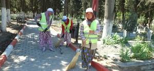 Bigadiç'te, mezarlıkların temizliğini kadınlar yapıyor