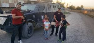 Bulanık polisi çocuklara çikolata dağıttı
