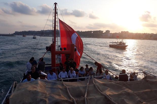 Denizde teknelerle 15 Temmuz şehitleri için saygı geçişi