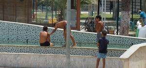 Aydın'da çocuklar süs havuzunda serinliyor