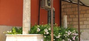 Cami bahçesindeki esrarengiz mezar merak konusu oldu