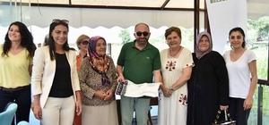 Kadınlar Kulubü'nden Başkan Üzülmez'e hediye