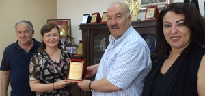 Yenikent muhtarı Nazik'ten iş adamı Çatak'a teşekkür plaketi