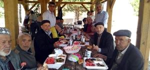 Huzurevi sakinleri piknikte bir araya geldi