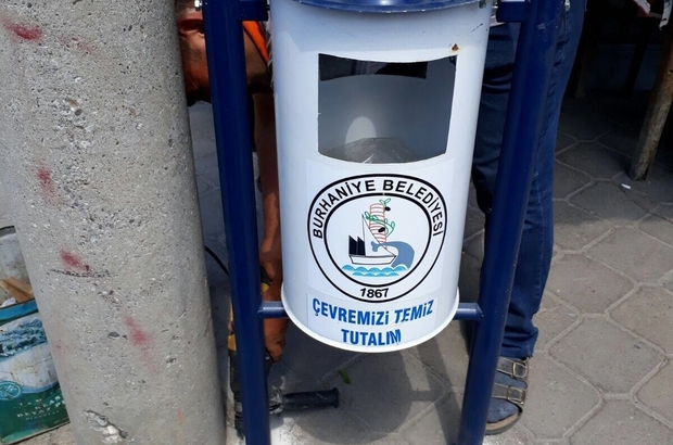 Burhaniye' de caddelere yeni çöp kovaları kondu