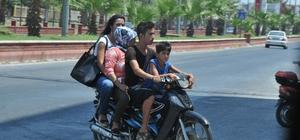 Motosiklette aile boyu tehlikeli yolculuk