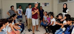 Yabancı gençlerden Karşıyakalı öğrencilere dil kursu