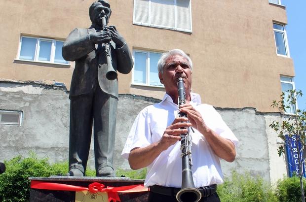 Heykelinin açılışını yapıp klarnet çaldı