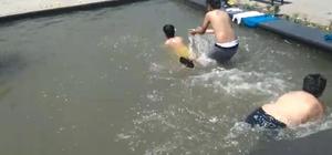 Kars'ta çocuklar süs havuzunda serinledi, vatandaşlar ağaç gölgesine sığındı