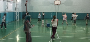 Badminton temeli çocuklara öğretiliyor