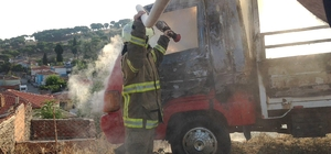 Ayvalık'ta park halindeki kamyonet yandı