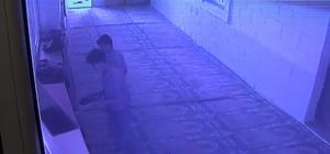 Ayakkabı hırsızları caminin kameralarına yakalandı