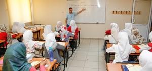 Gençler, yaz dönemini Kur'an-ı Kerim öğrenerek geçiriyor