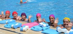 Bozüyük'te minikler yüzmeyi eğlenerek öğreniyor