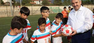 Başkan Baran, genç sporculara futbol topu dağıttı