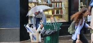 Yağmur şemsiye satıcıların yüzünü güldürdü
