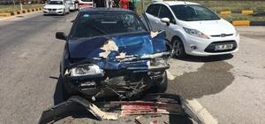 Kırmızı ışıkta iki otomobil çarpıştı: 1 yaralı