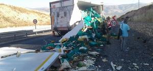 Gıda kamyonu park halindeki tıra çarptı
