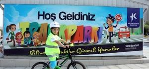 Anneler ve çocuklar bu parkurda bisiklet sürmeyi öğreniyor