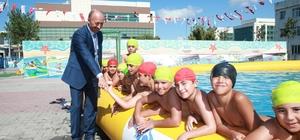 Sultangazili çocukların yüzme keyfi