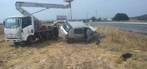 Didim'de kontrolden çıkan otomobil elektrik direğine çarptı: 2 yaralı