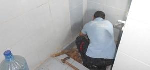 Lavabo borusunda mahsur kalan kediyi itfaiye kurtardı