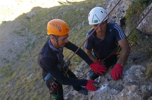 Hakkarili dağcılardan kaya tırmanışı için yeni rota
