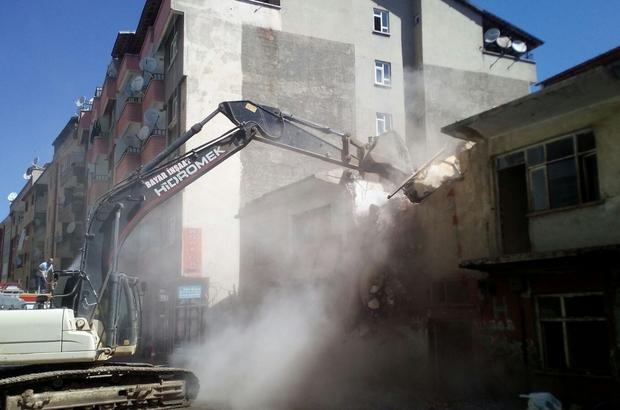 Bingöl'de, metruk yapı ekipler tarafından yıkıldı