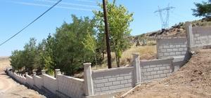 Develi'de mezar duvarı yapım çalışmaları