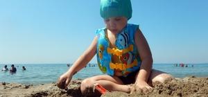 Konaklı çocuklar tatilde bol bol yüzüyor
