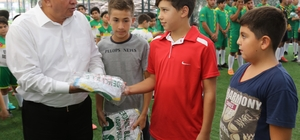 Erdemli Belediyesi'nden minik sporculara malzeme desteği