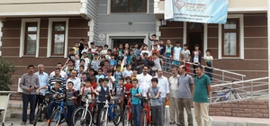 Yaz okuluna katılan minikler bisikletlerine kavuştu