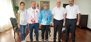 Vali Meral, olimpiyat üçüncüsü judocuyu altınla ödüllendirdi