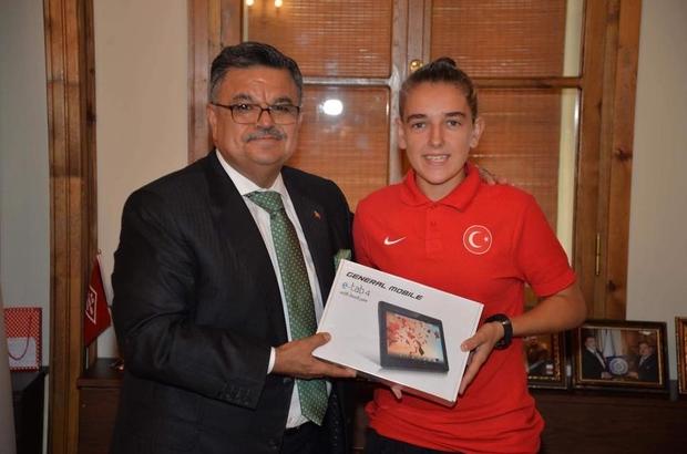aşkan Yağcı, İşitme Engelliler Bayan Milli Futbol Takım oyuncusu Aktaş'la bir araya geldi