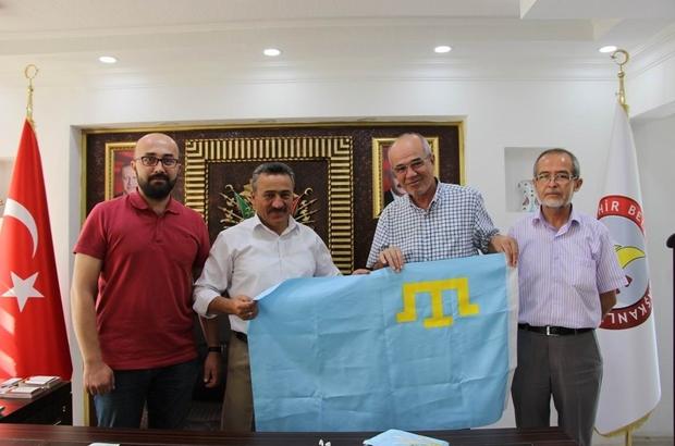 Başkan Tutal'a Kırım bayrağı hediye edildi
