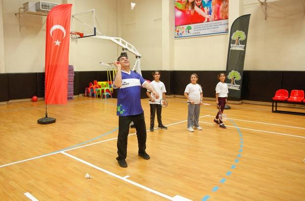 Fadıloğlu, gençlerle badminton oynadı