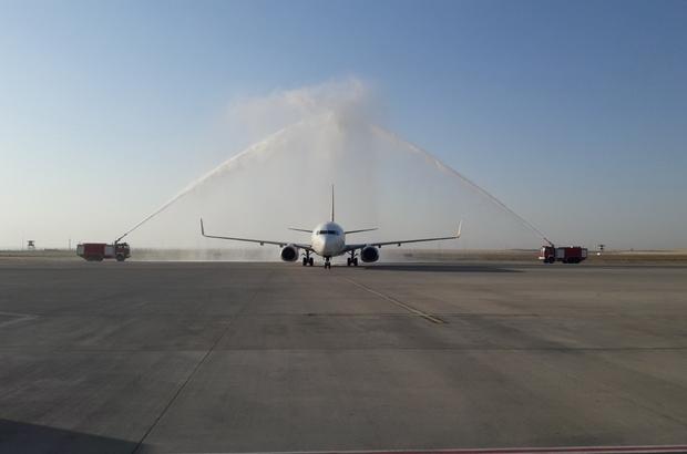 Özel havayolu uçağı su gösterisiyle karşılandı