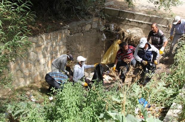 Başkale'de tıkanan yağmur suyu kanalları temizlendi